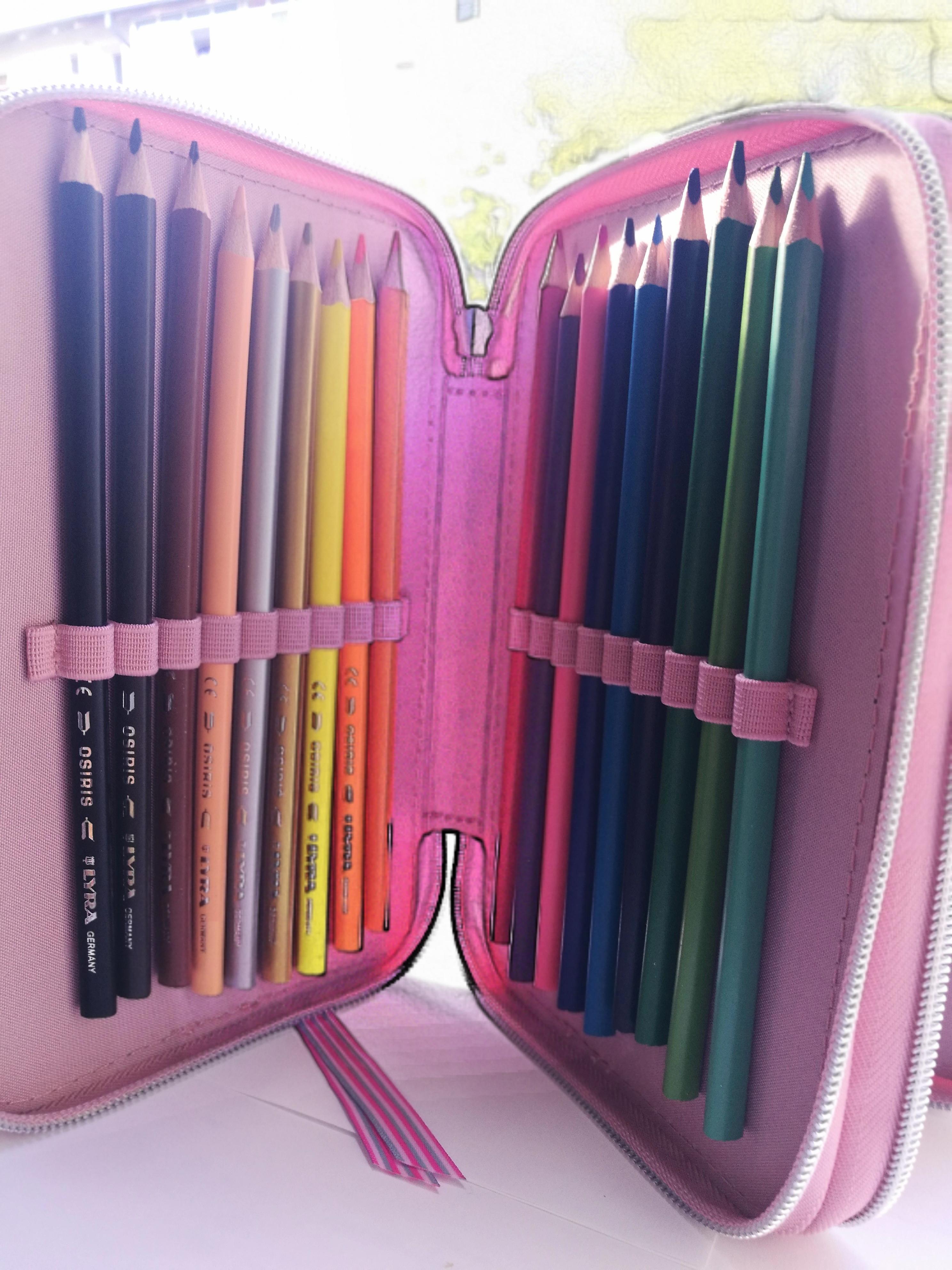 Compartimentul cu creioane colorate al penarului Miss Melody - test MiculRinocer.ro
